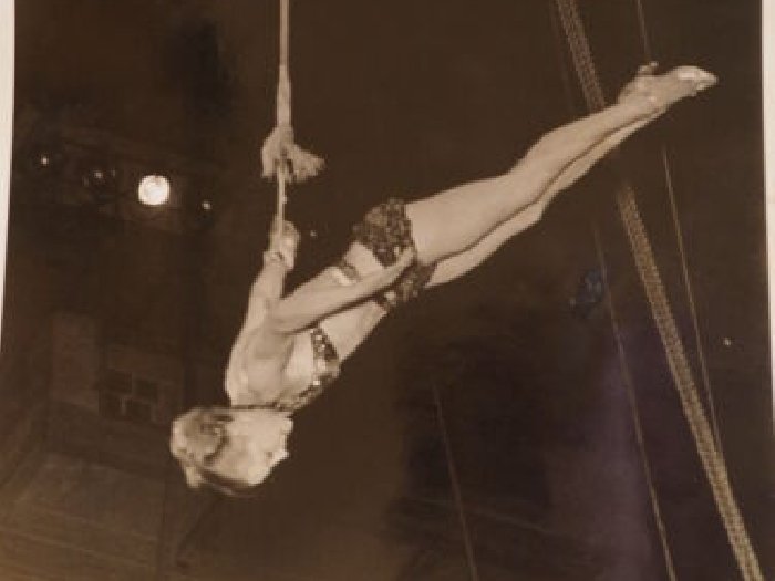 591ms Photo Aerialist Ringling Bros. & Barnum Bailey Cirque B&w 20.3X25.4cm